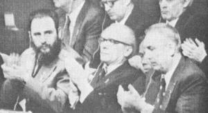 Fidel Castro, junto com líderes revisionistas Edward Gierelz (Polônia) e Erich Honecker (Alemanha Oriental), aplaudindo Brezhnev durante o Congresso do Partido Comunista na União Soviética (*na época, já tomado pelo revisionismo, nota nossa). Os soviéticos acharam útil usar Castro ao redor do mundo em várias ocasiões, esperando para usar sua imagem