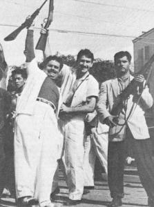 Prisioneiros cubanos libertados das prisões de Batista em 1º de Janeiro de 1959 por tropas do Movimento 26 de Julho, na marcha para Havana. As massas do povo cubano saudou com entusiasmo a revolução que varreu os imperialistas norte-americanos e seus agentes a partir da ilha e queriam derrubar a velha ordem social. Em vez disso, a liderança cubana acabou mantendo as antigas relações de classe, em uma nova forma, ao proclamar o socialismo estava sendo construído.