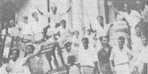 1933 : os cubanos em Havana comemoram a derrubada o ditador Machado, fantoche dos EUA, depois de uma greve geral nacional e a apreensão armada de muitos engenhos de açúcar, portos e uma usina de aço de propriedade americana. A classe trabalhadora cubana tem uma gloriosa tradição de luta revolucionária contra o imperialismo. Ao prometer o socialismo aos trabalhadores, continuando a prendê-los ao sistema de escravidão assalariada, a burguesia cubana e seus mestres soviéticos estão brincando com fogo. A classe trabalhadora cubana e as pessoas estão a elevar a certeza na revolução e derrubar o regime dos seus opressores e construir uma sociedade socialista genuína.
