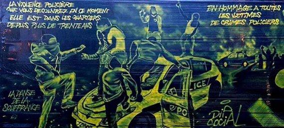 """Grafite em muro na França: """"A violência policial que você experimenta atualmente existe nos banlieues há mais de trinta anos"""" e """"Em homenagem a todas as vítimas de crimes policiais"""""""