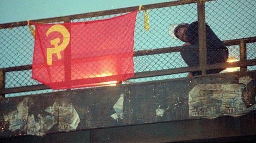 Bandeiras vermelhas com foice e martelo foram penduradas pelas ruas de Lima.